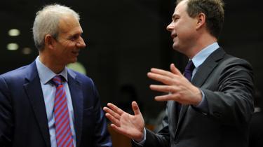 Europaminister Nicolai Wammen (t.h) taler ikke kun gerne med de danske MEP'ere. Her er han i samtale med den britiske europaminister, David Lidington.