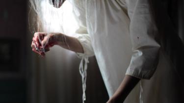 Blodig Weekend. Gyser-, splatter- og spekulationsfilmfestivalen Blodig Weekend, der begynder i morgen i København, byder på både grin og gru, som f.eks. P.J. Pettiette opfindsomme, morsomme seriemorderfilm 'Julia X' 3D (tv.) og det franske makkerpar Alexandre Bustillo og Julien Maurys stemningsfulde vampyrspøgelsessplatterdrama 'Livid'.