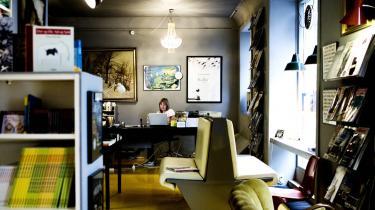 Christina Grønborg, som er ejer af den lille Vesterbro-boghandel Thiemers Magasin og bestyrer af Politikens Boghal, synes, at der er visse ligheder mellem en moderne boghandler og  præst eller en bartender. Spørgsmålet er, hvad boghandlerens rolle bliver i fremtiden.