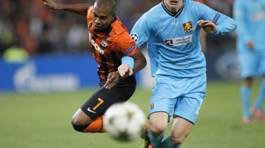 Infight. Fernandinho fra Shakhtar Donetsk (t.v.) kæmper for at erobre bolden fra FC Nordsjællands Kasper Lorentzen under Champions League-opgøret på Donbass Arena i Donetsk i sidste uge.