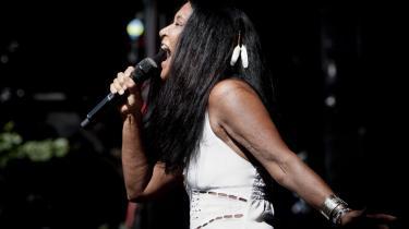 Annisette er og bliver en musikalsk dronning, og vi er alle hendes undersåtter udi tonernes rige. Glæd jer over dette lille mirakel, Savges Roses bedste album i 17 år. Her synger hun igennem på Skanderborgfestivalen sidste år.