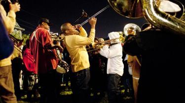 Overlevelse. Tempoet, den slentrende facon, musikken og de helt almindelige mennesker, der forsøger at overleve i en by, der næsten blev udslettet af Katrina, er blandt de ting, der gør Tremé til et facetteret og forførende ensembledrama, der også er fuld af varme og humor.