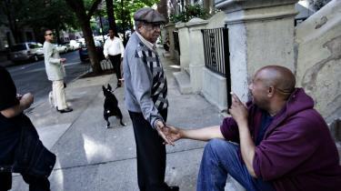 James William Fisher på 90 hilser på og taler gerne med alle på sin gade og i kvarteret i Harlem, New York, men det er ikke ensbetydende med, at han er tilfreds. Han mener, at den nye generation af sorte er fortabt, og at de tilflyttende hvide undermineret kvarterets særlige kulturarv og betydning for sorte.