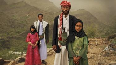 To barnebrude i Yemen: Den otte årigeTahani forrest med sin mand Majed, 27, og hendes veninde Ghada, også otte, og hendes mand i 2010. FN-resolution vil ikke kunne redde dem.