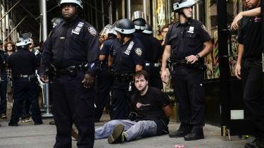 Mistillid. Siden krisens start har det mest været overladt til demonstranter og aktionerende grupper –  som her aktivister fra Occupy Wall Street –  at udtrykke mistillid til bankernes rolle i finanskrisens opståen. Nu er politikere, lovgivere og analytikere begyndt at komme med i koret.