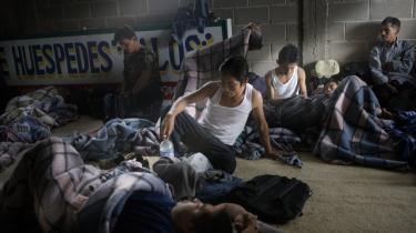 En gruppe mexicanere tilbringer en nat i byen Altar nær grænsen til USA. Her venter de på at få kontakt med en coyote, der kan få dem over grænsen. 20 års afskrækkelsespolitik langs den mexicanske grænse har ikke stoppet de illegale immigranter.