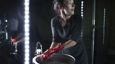 Snart kan man se skuespiller Maria Rossing vaske blodet af hænderne i skuespillet Macbeth, mens man sidder derhjemme foran computeren. Som mange andre teatres forstillinger, kan man snart også finde skuespil fra Det Kongelige Teater filmet og lagt på hjemmesiden seeatre.com.