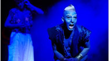 Pelle Emil Hebsgaard brager igennem på Fredericia Teater som Lampens Ånd. Han er fræk, han er sjov, han er barsk – og hans musikalitet skinner igennem selv den vildeste guldblå makeup.