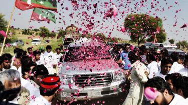 Pakistanere hylder den pakistanske politiker og tidligere cricketstjerne Imran Khan, som er på vej til stammeområderne for at protestere mod amerikanske droneangreb.