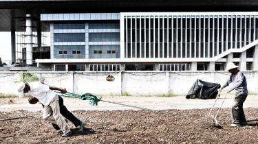 Lokalregeringen i Wang-jiang har beslaglagt 121.000 kvadratmeter landbrugsjord, der skulle bruges til den kolossale nye regeringsbygning. For lokalbefolkningen symboliserer projektet den stadig voksende kløft mellem den politiske elite og folket.