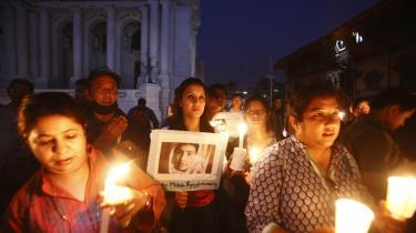 Kvinder i Kathmandu er samlet for at vise respekt for den pakistanske Malala Yousufzai, der for nylig blev skudt i hovedet, fordi hun talte for pigers ret til uddannelse. FN overvejer en ny konvention, der skal beskytte pigers rettigheder. Endnu en særrettighed, der ifølge nogle eksperter udvander menneskerettighederne .