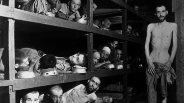 Buchenwald. Fanger i Buchenwald koncentrationslejr. På anden række fra bunden (nummer syv fra venstre) ligger Elie Wiesel.