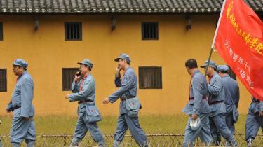 Når Xi Jinping i næste måned overtager formandsposten for kommunistpartiet, bliver en af hans store udfordringer at forklare folket, hvad der er partiets projekt i dag. Mens kineserne venter, samles en stor del af befolkningen omkring partiets tidligere ideologiske bannerfører, formand Mao.