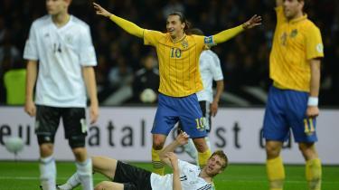Comeback. Indtil Zlatans hovedstødsmål dikterede Tyskland totalt kampens rytme i en slags kombination af spansk tiqui-taca og engelsk hurtighed og fløjspil. 'Men så scorer de det første mål, så det andet og det tredje, og derefter faldt vi totalt sammen,' sagde den tyske venstreback Philipp Lahm efter kampen.