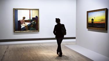 Hopper så Rembrandts berømte maleri 'Batseba i badet' på Louvre, der tydeligt har inspireret til at male kvinden i 'Hotel Room' (billedet til venstre). Hopper har i stedet for brevet fra Kong David – ifølge kuratoren – udstyret kvinden med en køreplan over togene til Paris' forstæder.