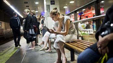 En ung kvinde læser en e-bog på sin Kindle på Nørreport Station. Forlagsbranchen skal skynde sig at reagere på den meget hurtige digitale udvikling for ikke at blive sejlet agterud, sådan som musikbranchen blev det af privates download etc.