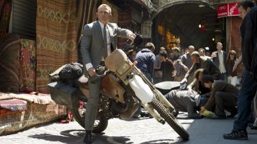 Tidsvarende. Sam Mendes' begavede bud på en Bond-film er elementært spændende og menneskeligt vedkommende.