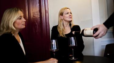 Vin. Nana Wad (tv.) og Annette Roesbjerg har selv læst mange bøger af mandlige vinskribenter, som var pakket ind i mørkeblå farver med en guldkant og et stort billede af et vinslot. Nu har de skrevet en lyserød vinbog til kvinder.