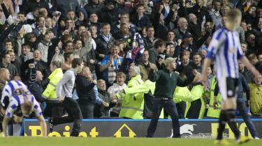 Afbrudt. Så sent som i sidste uge blev en kamp mellem Leeds og Sheffield Wednesday afbrudt, da en Leeds-tilhænger løb ned på banen og stak modstanderens målmand en lussing.
