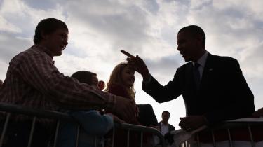 Op ad bakke. Præsident Obama på kampagne i staten Iowa midt på ugen. På trods af at netop Iowa har nydt godt af  de grønne job, Obamas stimuluspakke har kastet af sig, er netop stimuluspakken en beslating for hans kampagne i delstaten.