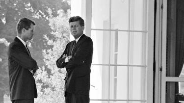 Præsident John F. Kennedy og hans bror og nærmeste rådgiver Robert F. Kennedy i Det Hvide Hus i Washington i oktober 1962. Lørdag d. 27. oktober blev det mest dramatiske døgn i konflikten, der kunne være endt med atomkrig.