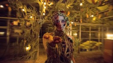 Drømmesyn eller mareridt? Vølven på Carlsberg lokker tilskuerne med ind i madteatrets særlige blanding af sansestimulation og drømme – og mødet med Ragnarok.