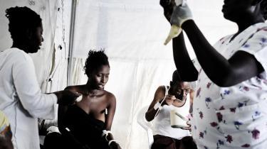 Atter i knæ. Fire dages regn har gjort 200.000 haitianere hjemløse, udløst en akut fødevarekrise og svækket indsatsen mod koleraen.