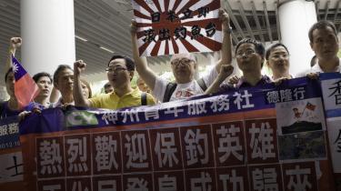 Kinesiske demonstranter viser bannere med anti-japanske slogans. Kina og Japan strides om ejerskabet til en lille øgruppe i Det Østkinesiske Hav.