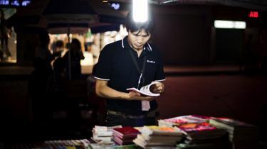 Kritik. De udenlandske forfattere tilbyder ikke et specielt positivt syn på udviklingen i Kina – og det gør alle kinesiske forfattere bestemt heller ikke. I Liao Yiwus bog 'The Corpse Walker – Real Life Stories' portrætterer han de kinesere, der oftest befinder sig på bunden og som oftest ignoreres af det kinesiske samfund.