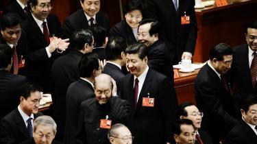 Velkomst. Xi Jinping (i midten)  hilser på øvrige medlemmer af ledelsen ved åbningen af kommunistpartiets kongres torsdag i Folkets Store Hal i Beijing. Efter kongressen vil han kunne slette ordet 'vice-' fra alle sine titler.