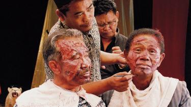 To af de indonesiske medvirkende sminkes til  filmen 'The Acf of Killing' som fortæller om et kup, hvor der blev begået blodige massakrer mod lokal-  befolkningen. Den film er en del af en dokumentarbølge af rekonstrution af virkelige hændelser.