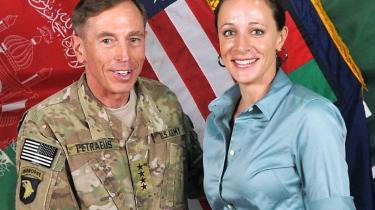 USA's berømte general David Petraeus faldt for sin biograf – en tidligere major, der i et interview med Information i 2009 pralede af sit forbløffende nære forhold til generalen
