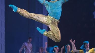 Dansen for Den Blå Gud var et af de heldige indslag i Nikolaj Hübbes ellers problematiske 'La Bayadère'. Her danset muskelfirkantet flot af Jon Axel Fransson.
