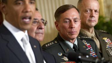 Stjernegeneral og CIA-chef David Petraeus, nummer to fra højre på billedet, måtte træde tilbage den 9. november, efter han havde indrømmet at have haft en udenomsægteskabelig affære med en yngre kvinde.