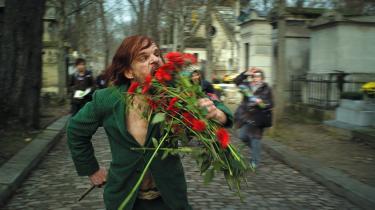 Menneskedyret. En af Monsieur Oscars inkarnationer er et diabolsk, enøjet og gustent menneskedyr, der voldæder blomsterkransene på Paris' mondæne kirkegård Père Lachaise, hvorpå han bider fingrene af en modeassistent ved en fotooptagelse, kidnapper en supermodel i skikkelse af Eva Mendes, iklæder hende burka og falder i søvn i hendes skød med hidsigt strittende lem.