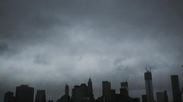 Dokumentation. Vi bombarderes med billeder, når katastroferne rammer. Men ikke alle er ægte – og mennesker med smag for sort humor udnytter også situationen til at dele manipulerede billeder. Her er det et af de ægte billeder af Manhattans skyline, da Sandy ramte New York den 29.oktober i år.