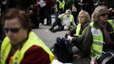 Ved årets første generalstrejke i Spanien i marts affejede regeringen de protesterende som hippier og gøglere. I protest mod den betegnelse kalder en gruppe ældre demonstranter klædt i gule veste sig for gøgler-bedsteforældre.