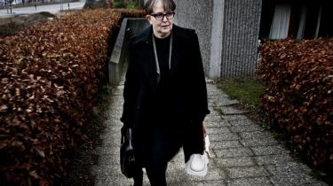 Skattedirektør i København Lisbeth Rasmussen forlader skattesagskommissionens lokaler i Søborg i går, efter at hun fortalte om, at nogen – som ifølge hende var lige med skatteminister Troels Lund Poulsen (V) – blandede sig i meget i sagen om Stephen Kinnocks skattebetaling.