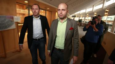 Sverigedemokraterna er kommet i stærk modvind i de svenske medier efter, at finansordfører Erik Almqvist blev fanget på video bevæbnet med et jernrør, mens han optrådte racistisk over for en fuld mand på gaden.