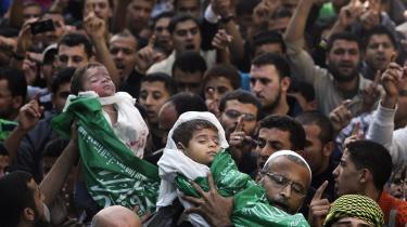 Ved begravelsen af de to små brødre, Mohammed og Suhaib Hejaze, i går samlede der sig en kæmpestor menneskemængde i Gaza By. De to børn blev dræbt ved et israelsk luftangreb natten til i går mod flygtningelejren Jabaliya, hvorved deres mor også blev alvorligt såret. Våbenhvilen var ikke indtrådt ved redaktionens slutning.