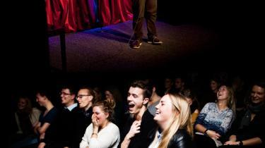 Comedy Club. Omkring 60 mennesker samledes forrige torsdag på teatret Play på Islands Brygge til den ugentlige Comedy Club, hvor nybegyndere og mere erfarne komikere underholder. Stand-up har de seneste 20 år udviklet sig fra at være for en lille indviet skare til at være allestedsnærværende.