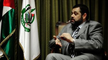 Hamasleder Osama Hamdan ligner og lyder som en bankdirektør, da han forklarer om Hamas rolle i våbenhvilen.