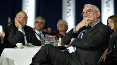 Tidligere udenrigsminister Uffe Ellemann-Jensen kritiserer det danske krav om en milliard kroner i EU-rabat. 'Næste gang vi har brug for andre landes hjælp, så er vores konto ikke så stor, fordi vi har brugt alt vores goodwill på den tåbelige rabat,' siger han.