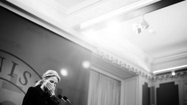 Lars Løkke (V) var blank på et FN-topmødes procedurer og i så dårlig form, at han fysisk ikke kan holde trit gennem forhandlingerne. Pinlighederne fik en del omtale i medierne, mens Helle Thorning-Schmidts pletfrie EU-formandskab stort set ikke blev nævnt. Medierne fokuserer ikke på det, der er bedst for Danmark.