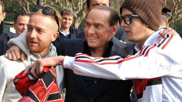 Synlighed. AC Milans sportsdirektør har efterspurgt lidt mere synlig tilstedeværelse fra klubbens ejer, Silvio Berlusconi. Her er han under fuld mediebevågenhed på  træningsbesøg før kampen mod Juventus.