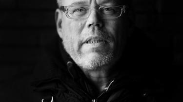 Klaus Lynggaards ærlighed forhindrer ham i at redigere sin historie, så den passer med et nutidigt selvbillede. Hvad vi andre fortrænger af ungdommelige tilbøjeligheder og pinligheder, kommer med hos ham.