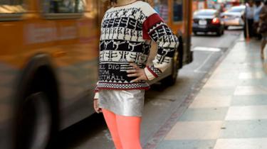 Garn, uld og lune sweatere har fået en genfødsel i nullerne, efter striktrøjernes storhedstid sluttede sidst i 70'erne. Kunstner Lisa Anne Auerbach udstiller lige nu sine striktrøjer i Malmö Konsthall, hvor de ansatte er omvandrende udstillingsginer