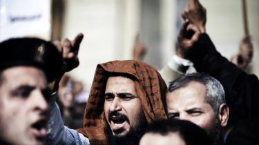 Hundredvis af præsidentens tilhængere protesterede i søndags foran den egyptiske højesteret for at tvinge dommerne til at udsætte en høring om den nye forfatning.