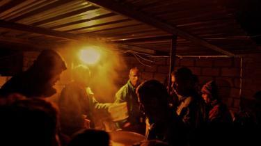 Interne syriske flygtninge varmer sig med lidt suppe i en flygtningelejr tæt på den tyrkiske grænse. Flere tusinde flygtninger er fanget her. De kan ikke komme ind i Tyrkiet, fordi de enten ikke har et gyldig pas eller penge til at betale menneskesmuglere