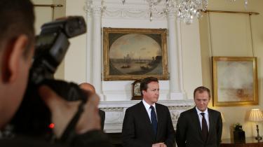 Storbritannien har tidligere diskuteret muligheden for at etablere en formel udegruppe blandt EU-lande, som ikke er medlemmer af euroen. Men både Polen, Danmark og Sverige har afvist at være med. På billedet ses Den britiske premierminister David Cameron (venstre) og den polske premierminister Donald Tusk under et fælles pressemøde i 10 Downing Street 10 i London 18. april 2011.